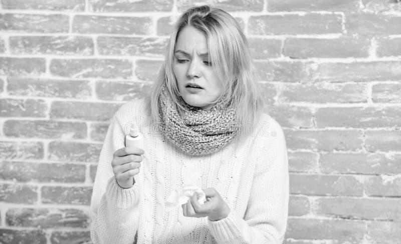 Faszeruj? w g?r? Śliczna kobieta pielęgnuje nosowego zimno lub alergię ( chora kobieta obraz royalty free