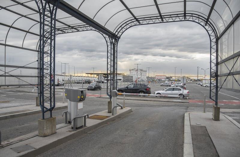 Faszeruje tylko parkować przy Vienna lotniskiem w Austria obrazy stock