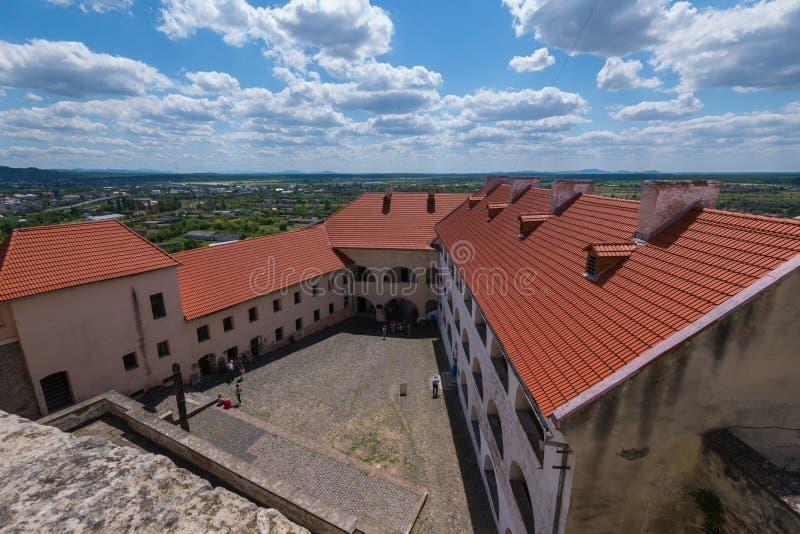 Faszinierende Ansicht von oben genanntem in den Hof des Schlosses vor dem hintergrund der Stadt eines blauen bewölkten Himmels he stockfoto