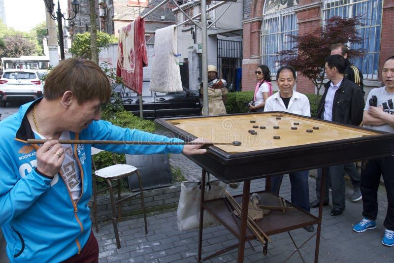 Faszinierende Straßen und Handel von Shanghai, China: Straßenpool in der alten jüdischen Nachbarschaft nahe dem französischen Zug lizenzfreie stockfotos