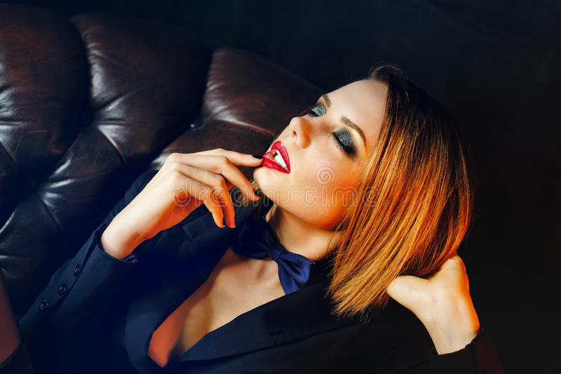 Fatale Femme на кожаном кресле стоковое фото