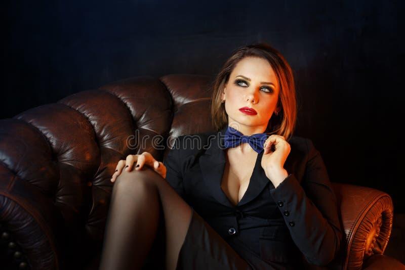 Fatale Femme на кожаном кресле стоковые фотографии rf