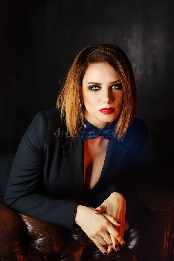 Fatale Femme на кожаном кресле стоковое фото rf