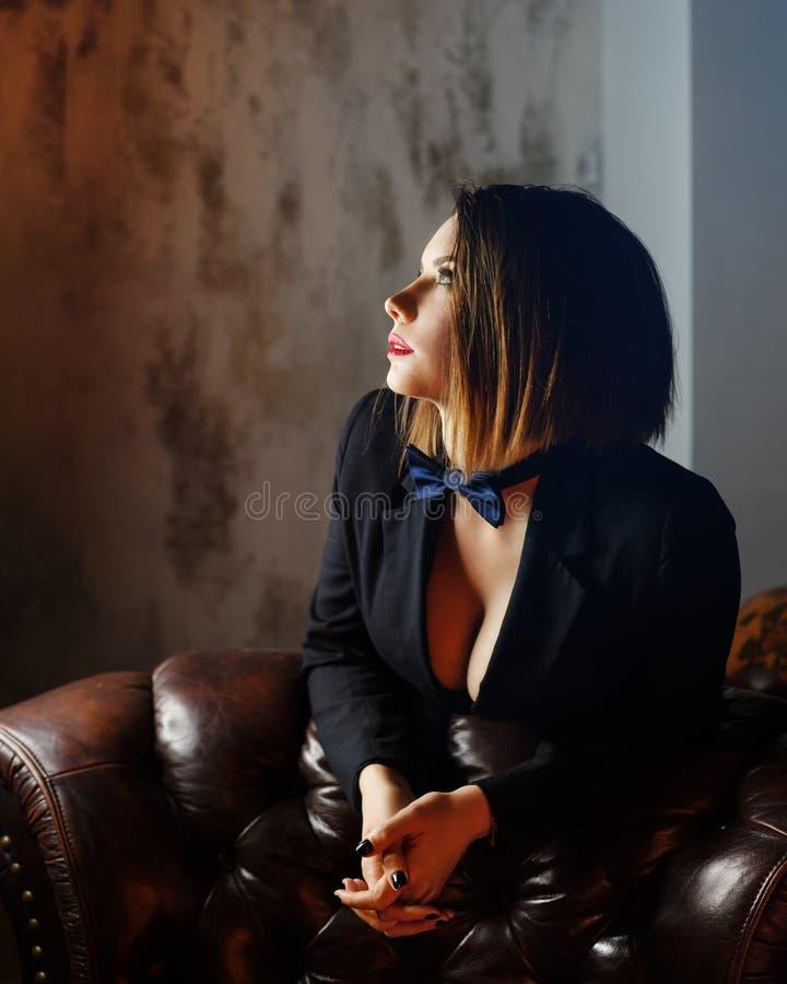 Fatale Femme на кожаном кресле стоковая фотография rf