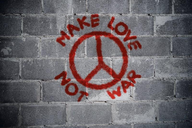 Fate l'amore non la guerra graffiti sulla parete immagine stock