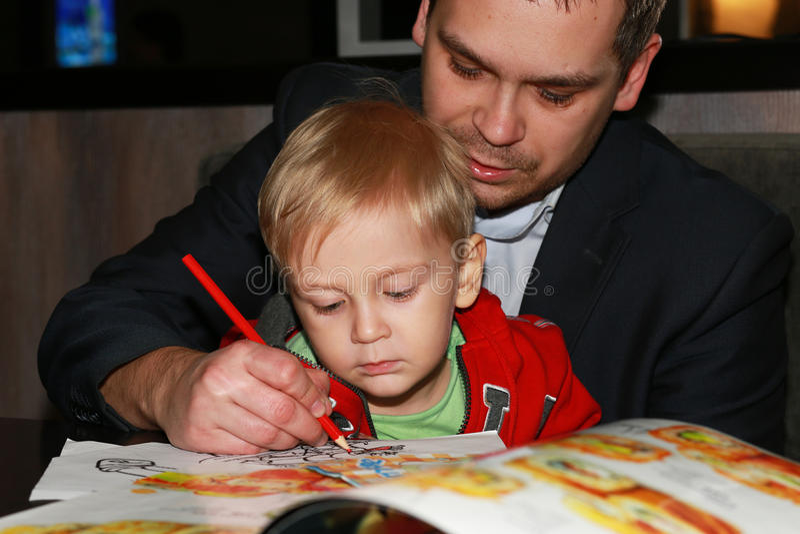 FatherÂ, dasden kleinen Jungen unterrichtet zu zeichnen lizenzfreie stockbilder