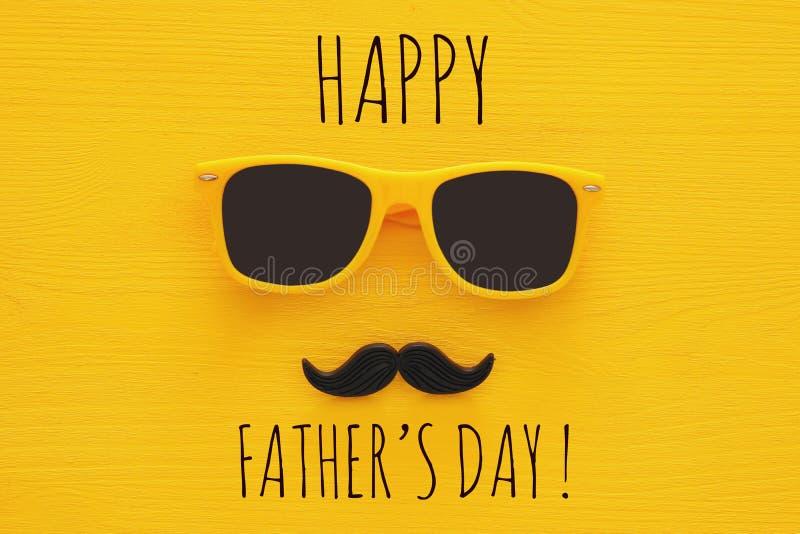 Father& x27 έννοια ημέρας του s Κίτρινα γυαλιά ηλίου Hipster και αστείο moustache στοκ φωτογραφίες