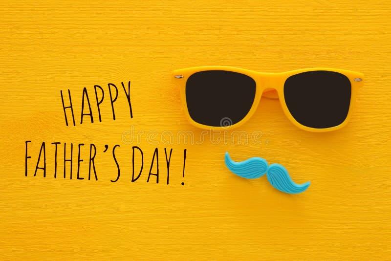 Father& x27; концепция дня s Солнечные очки битника желтые и смешной усик стоковые изображения rf