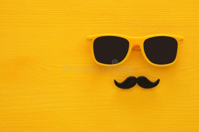 Father& x27; концепция дня s Солнечные очки битника желтые и смешной усик стоковые фотографии rf