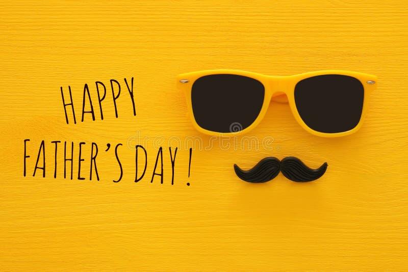 Father& x27; концепция дня s Солнечные очки битника желтые и смешной усик стоковое изображение
