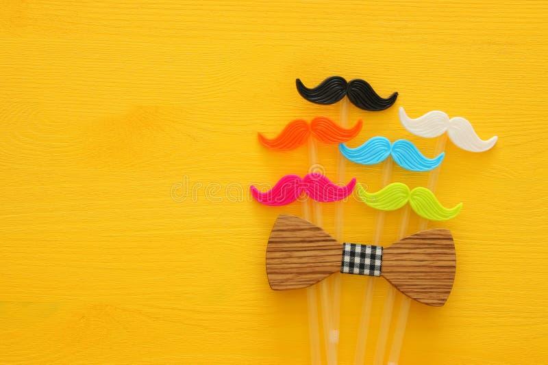 Father& x27 ; concept de jour de s Moustache colorée et drôle de hippie photo libre de droits