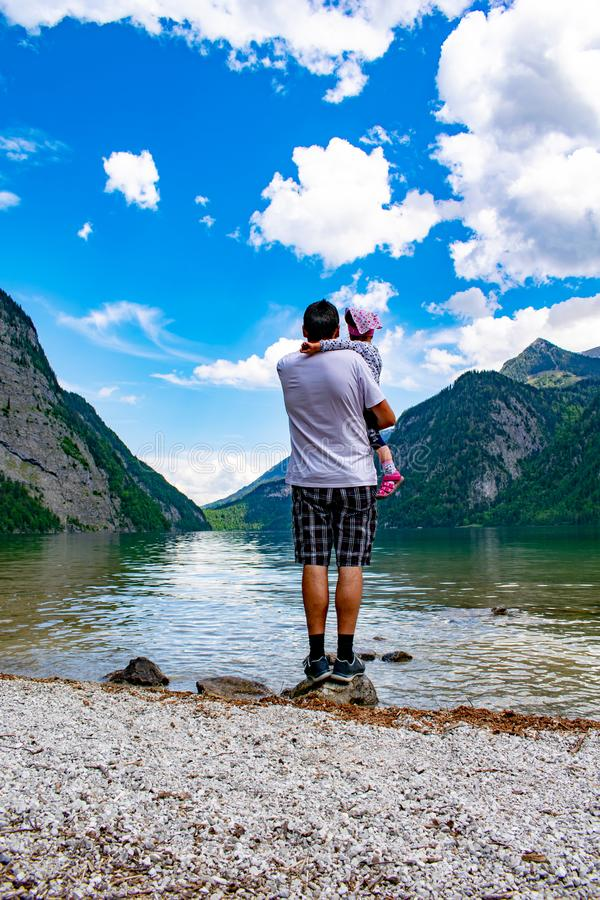 Father shows the little daughter the Königssee stock photography