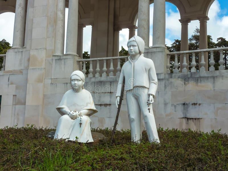 FATHIMA, PORTUGAL - ABRIL DE 2013: Mármol blanco de Francisco y de Jacinta Destinos importantes para los peregrinos y los touris  imágenes de archivo libres de regalías