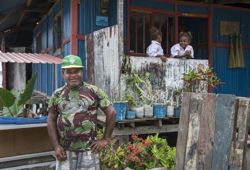 Fathr μπροστά από ένα σπίτι σε Jayapura στοκ φωτογραφία