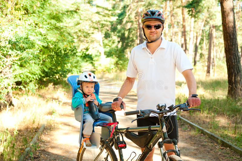 Fathr en weinig zoon op fiets royalty-vrije stock afbeelding