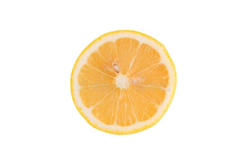 Fatia alaranjada do fruto isolada no fundo branco com grampeamento do pa imagens de stock royalty free