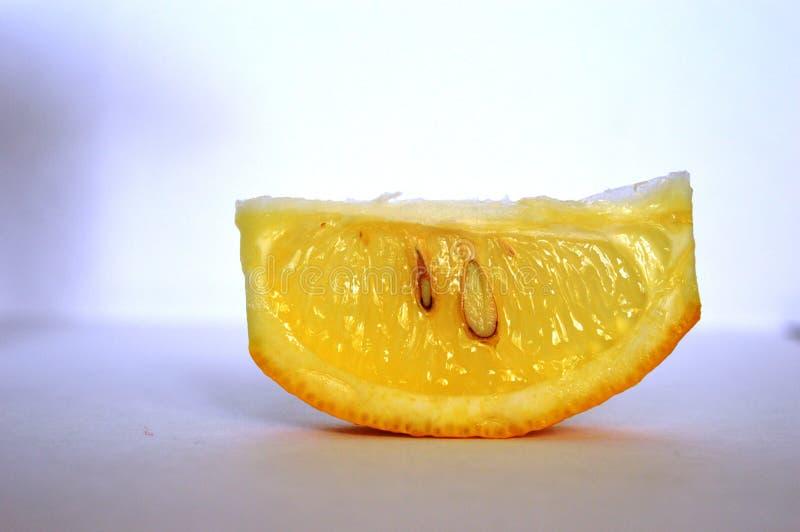 Fatia amarela de limão no branco fotos de stock royalty free