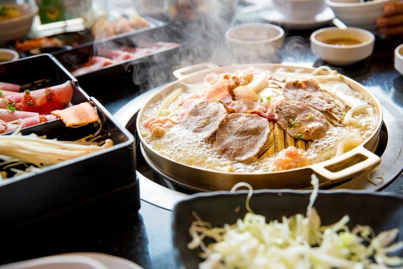 Fatia da carne de porco grelhada na bandeja quente do yakiniku Estilo japonês do assado imagem de stock