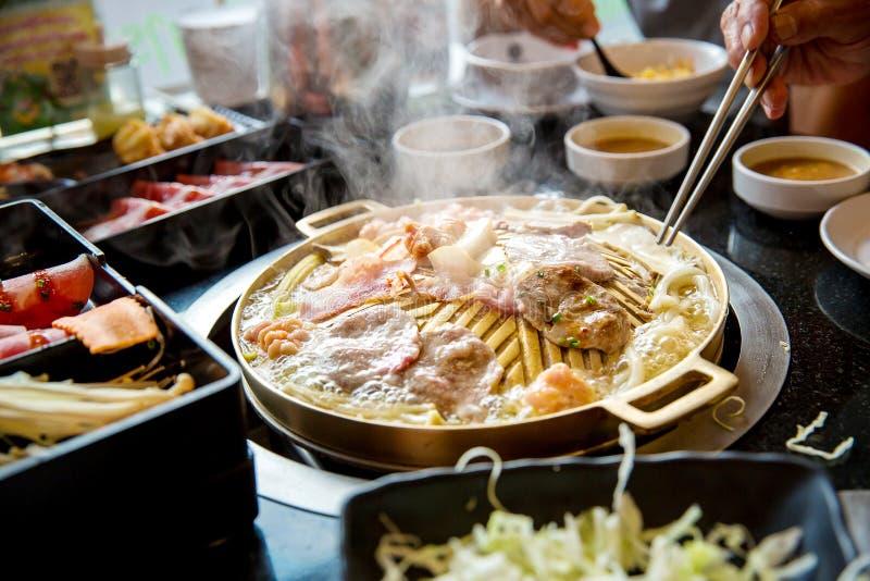 Fatia da carne de porco grelhada na bandeja quente do yakiniku Estilo japonês do assado foto de stock royalty free