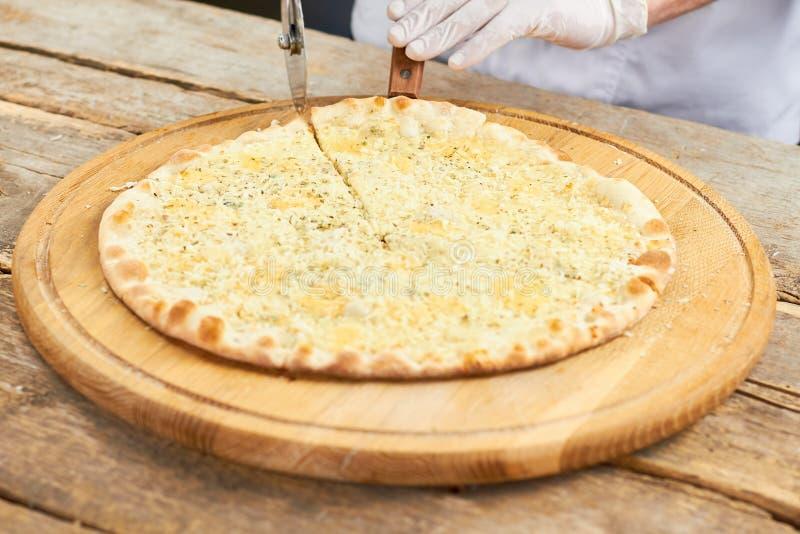 Fatia da pizza de queijo que começa pegarar fotografia de stock