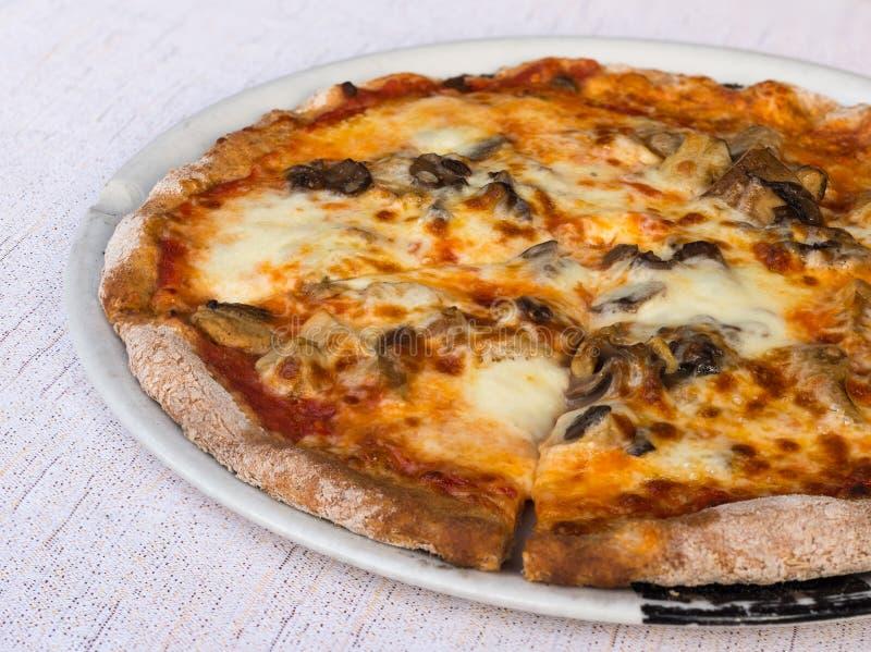 Fatia da pizza e dos cogumelos cortada fotos de stock