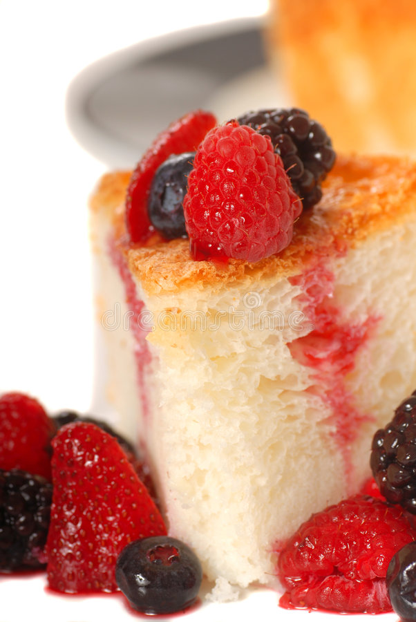 Fatia de bolo de alimento de anjo com fruta fresca fotografia de stock