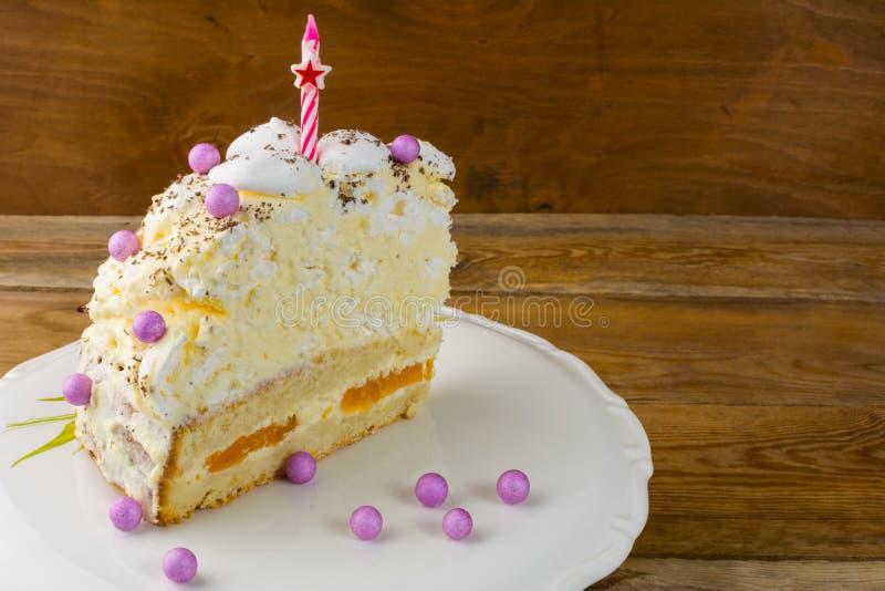 Fatia de bolo de aniversário do pêssego e da merengue foto de stock