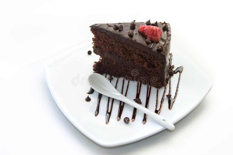 Fatia de bolo de camada do chocolate com morangos imagens de stock royalty free