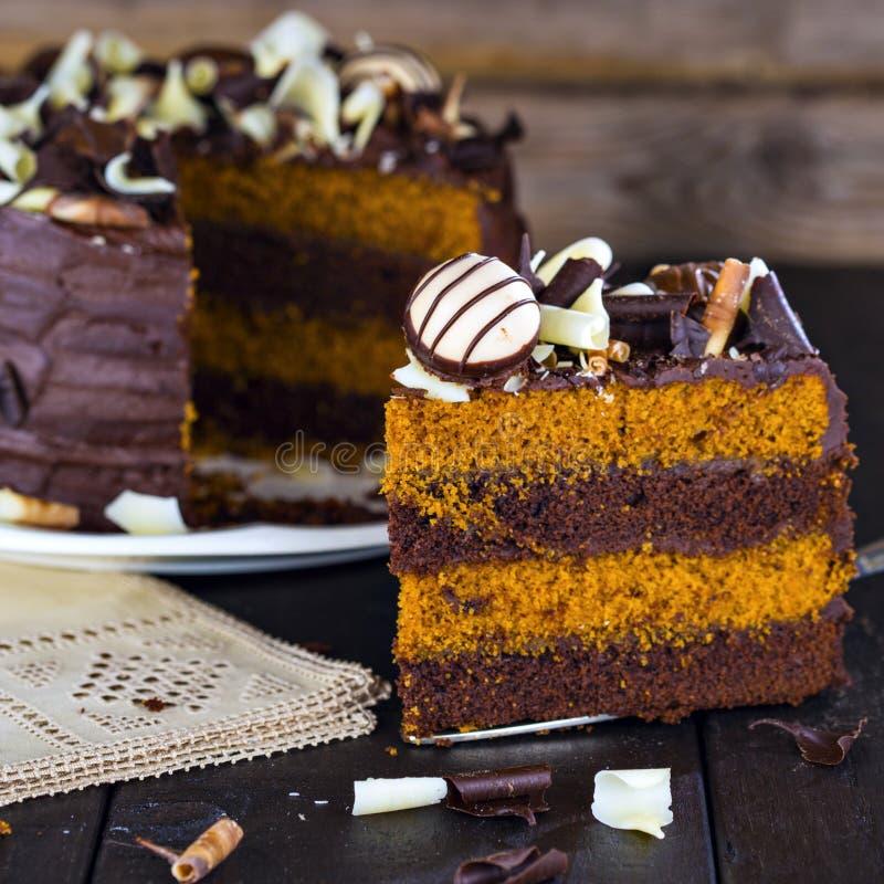 Fatia de bolo de camada do chocolate e do caramelo fotos de stock royalty free