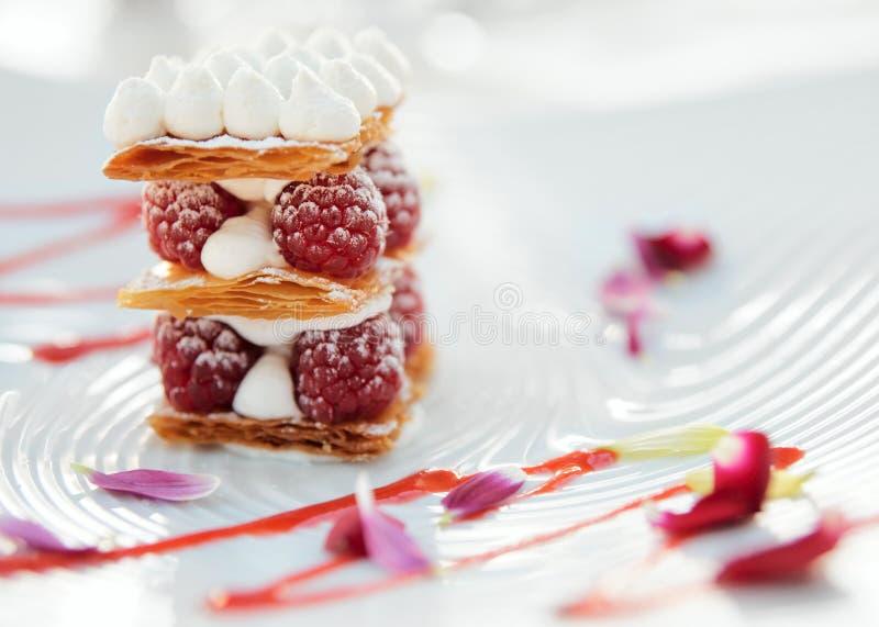 Fatia de bolo do mille-feuille com framboesas fotos de stock