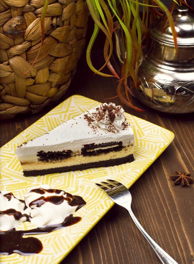 Fatia de bolo de queijo da baunilha do chocolate fotografia de stock royalty free
