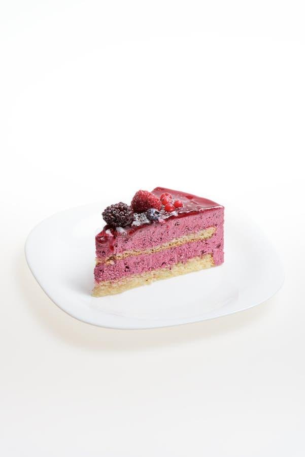 Fatia de bolo saudável delicioso no fundo branco imagem de stock