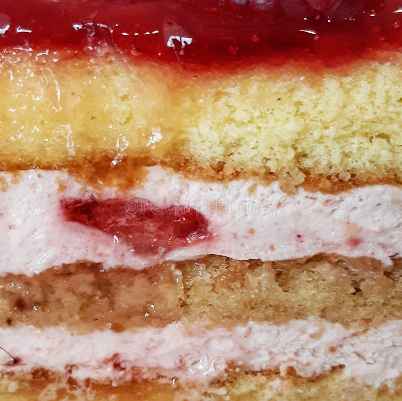 Fatia de creme das camadas da morango do bolo de esponja fotografia de stock
