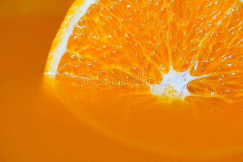 Fatia de fruto alaranjado fresco no suco de laranja imagens de stock royalty free