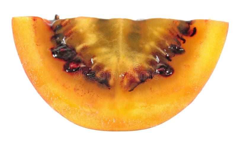 Fatia de fruto do tomate de árvore do tamarillo isolado no fundo branco fotografia de stock
