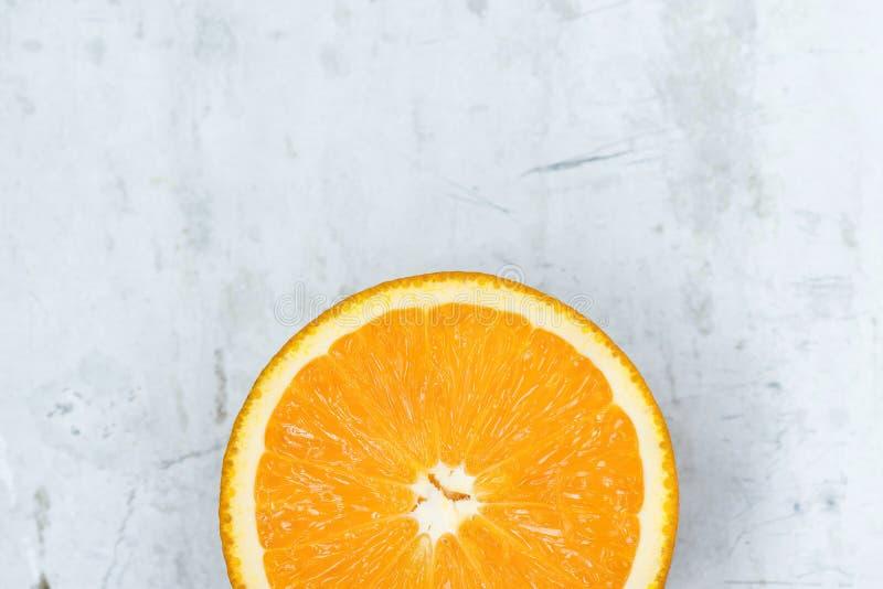 Fatia de laranja vívida vibrante suculenta madura da cor em Gray Stone Concrete Metal Background Cartaz de alta resolução do alim foto de stock