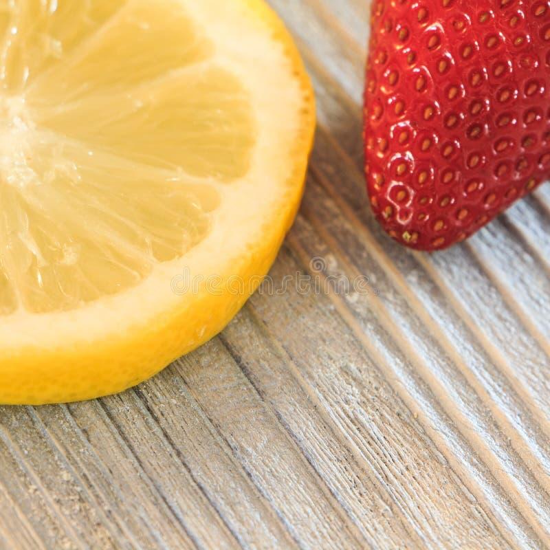 Fatia de limão e de morango imagens de stock