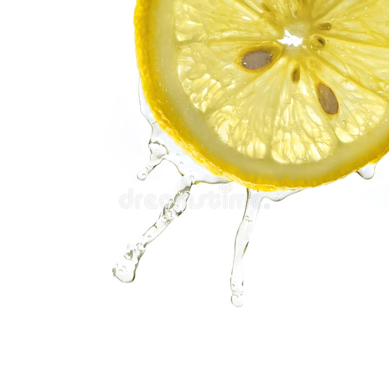 Fatia de limão no respingo da água fotos de stock