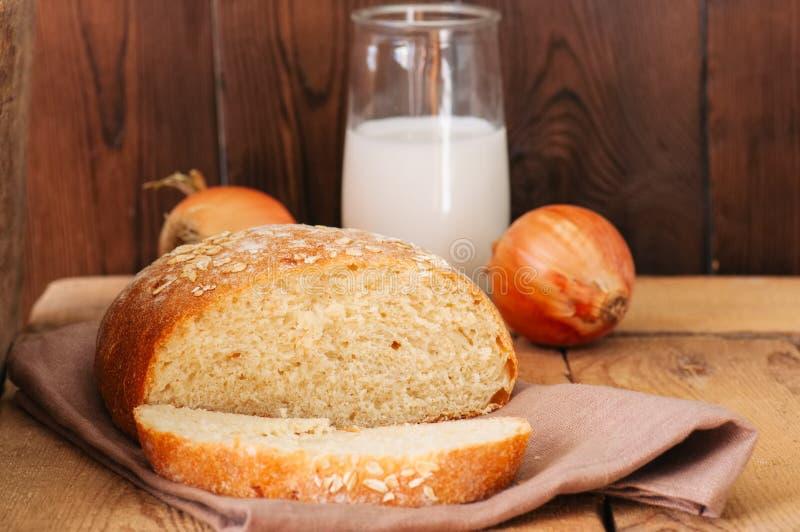Fatia de pão de cebola caseiro em um guardanapo Fundo de madeira ru fotos de stock
