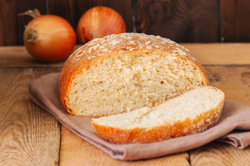 Fatia de pão de cebola caseiro em um guardanapo Fundo de madeira ru fotografia de stock royalty free
