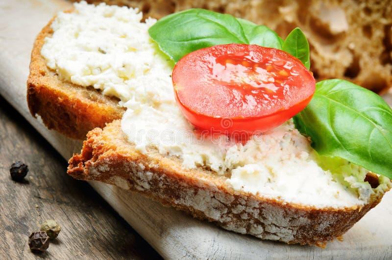 Fatia de pão com queijo de creme fotos de stock
