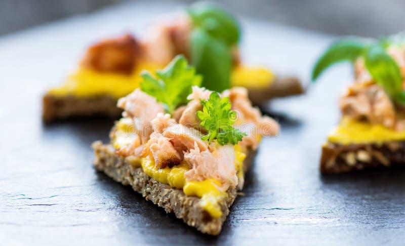 Fatia de pão com salmão fumado, tapas imagem de stock