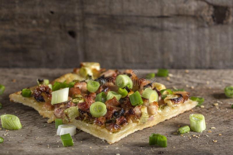 Fatia de pizza caseiro com bacon e a cebola verde fotos de stock royalty free
