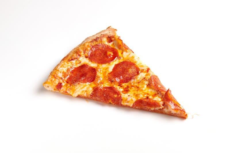 Fatia de pizza de Pepperoni no fundo branco imagem de stock