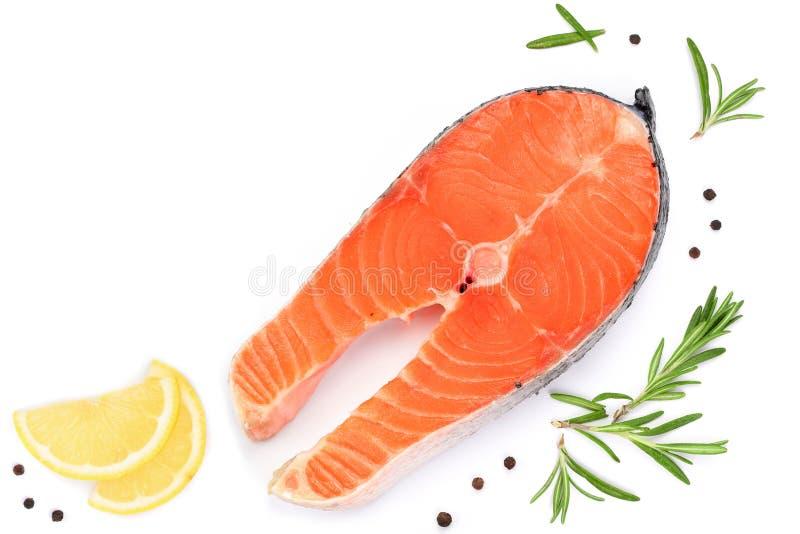 Fatia de salmões dos peixes com limão, alecrim isolado no fundo branco com espaço da cópia para seu texto Vista superior Configur foto de stock