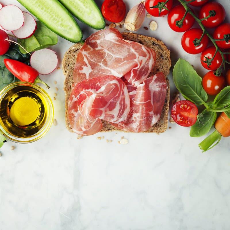 Fatia de um pão integral inteiro e de um alimento saudável fotografia de stock royalty free
