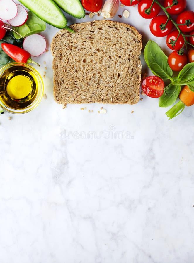 Fatia de um pão integral inteiro e de um alimento saudável imagens de stock