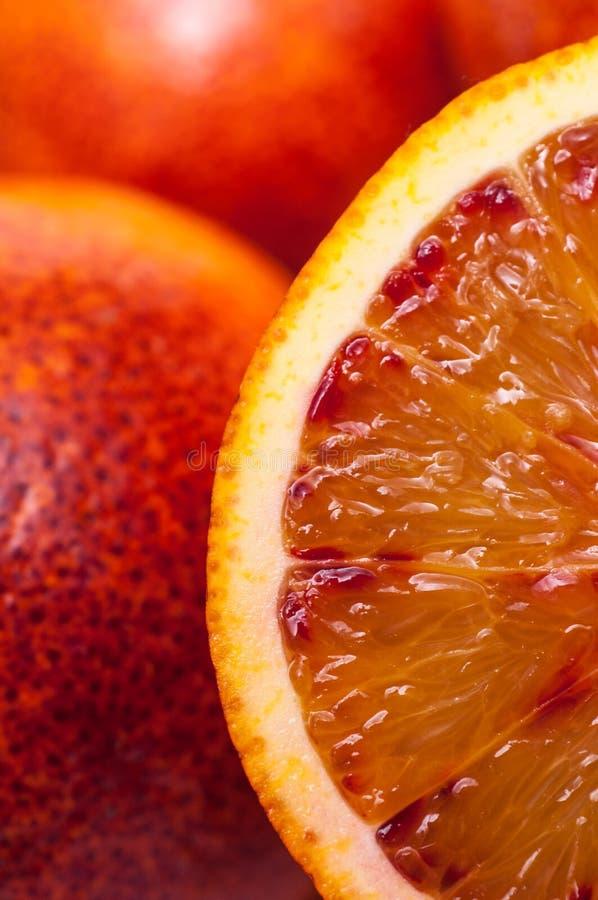 Fatia de uma laranja pigmentada imagens de stock royalty free