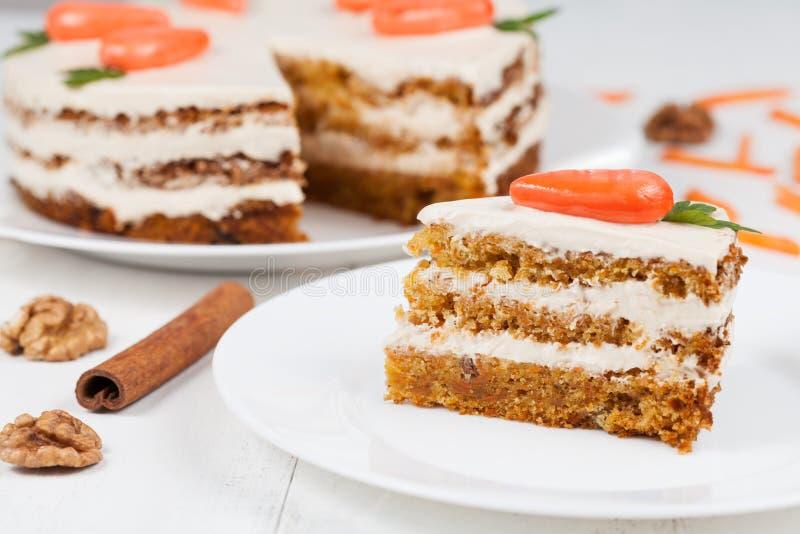 Fatia deliciosa de bolo de esponja da cenoura com a crosta de gelo foto de stock