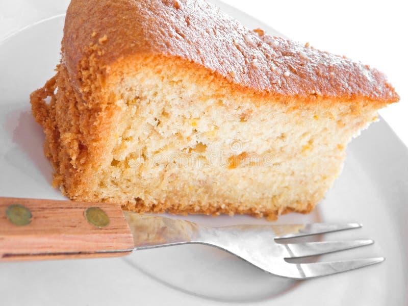 Fatia do bolo da fruta com forquilha. imagem de stock royalty free